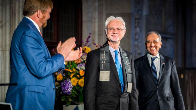 Koning Willem-Alexander overhandigt de Erasmusprijs aan John Adams.  Beeld ANP