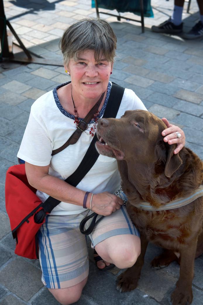 Jolanda Schat met haar hond Storm.