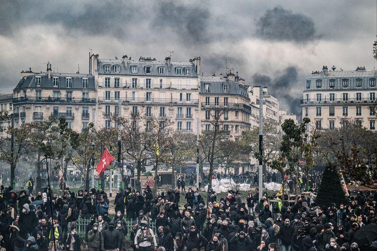 Extreem-linkse activisten veranderden afgelopen weekend het Place d'Italie in Parijs in een veldslag.  Beeld Joris Van Gennip
