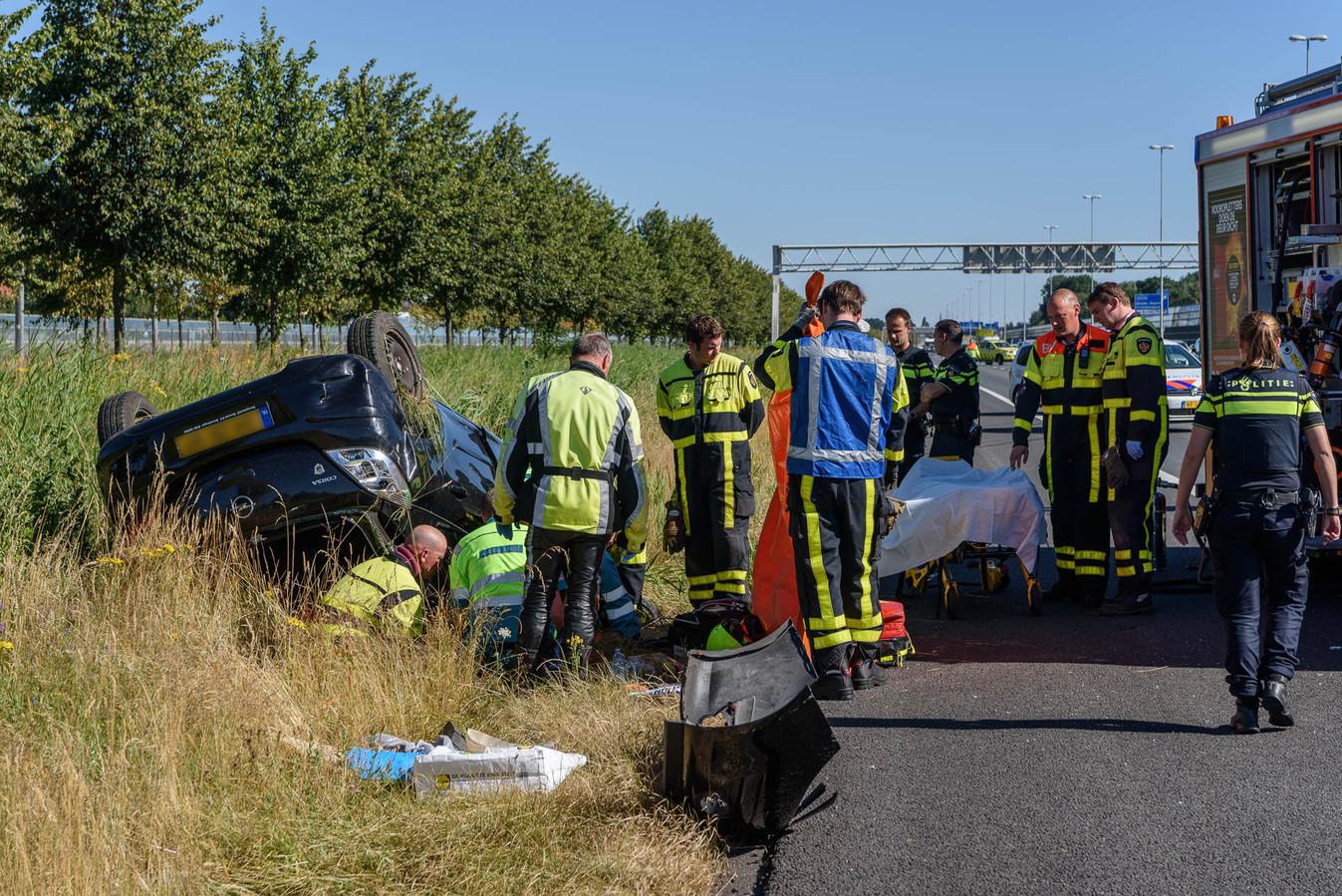 De auto die bij Breda over de kop sloeg.