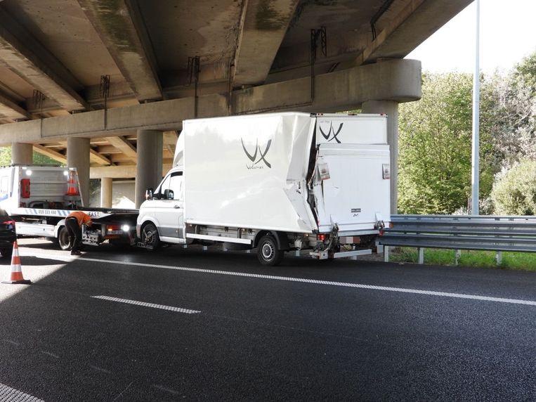 De Range Rover reed langs achteren in op een bestelwagen.