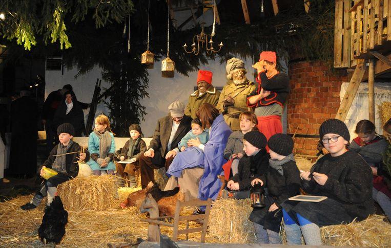 Op het binnenplen van Het Anker beelden 20 kinderen een kerststal uit.