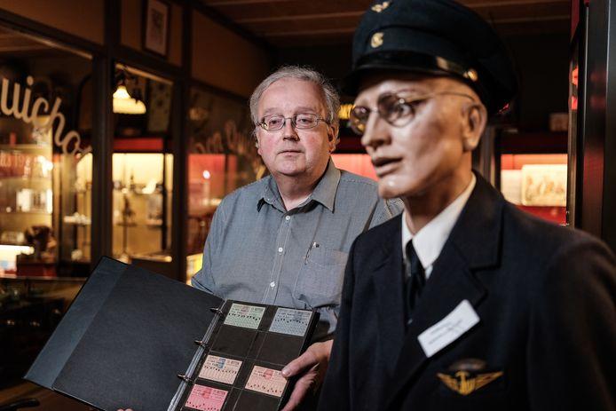 Jaap Buurman met enkele historische tickets in het Openbaar Vervoer en Speelgoedmuseum in Doetinchem
