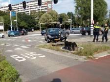 Auto rijdt tegen verkeerslicht op druk kruispunt in Ede
