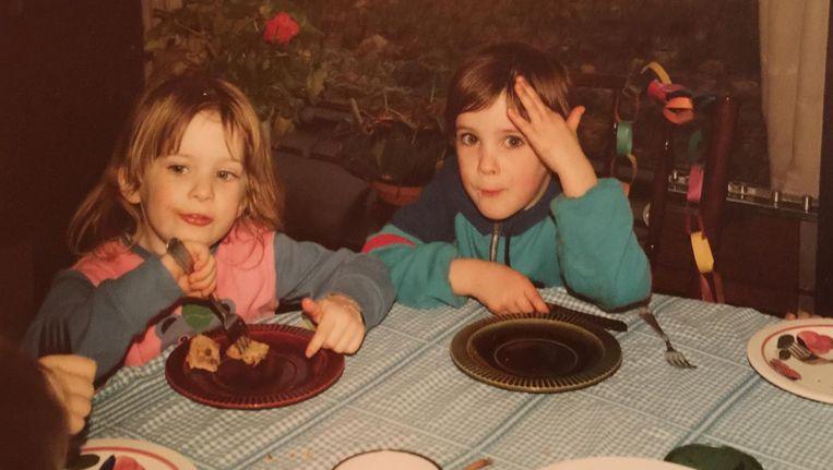Zusjes Sara (r) en Anna op Sara's 5de verjaardag, niet lang voor Anna's dood. Het is misschien wel de laatste foto van Anna. Beeld