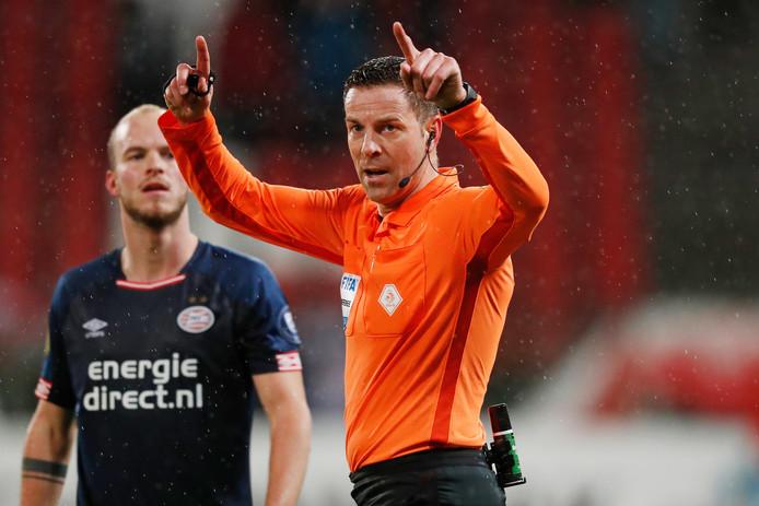 Pol van Boekel maakt het 'VAR-gebaar' ten teken dat hij op advies van Danny Makkelie naar de beelden gaat kijken.