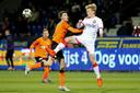 Telstar-speler Jerdy Schouten (r) in duel met Volendam-speler Gerry Vlak.