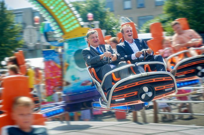 Vlak na de officiele opening van de kermis Uden draaien burgemeester Hellegers en wethouder Gijs van Heeswijk het eerste rondje mee in de Turbi Polyp. Fotograaf: Van Assendelft/Jeroen Appels