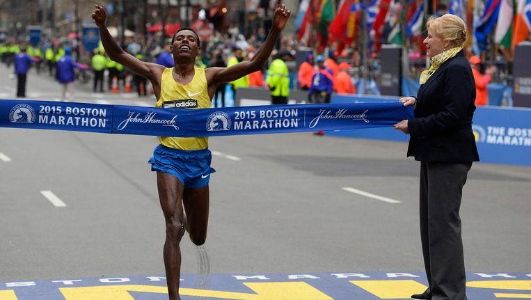 Lelisa Desisa komt over de finish van de 119e marathon van Boston (2015). Beeld epa