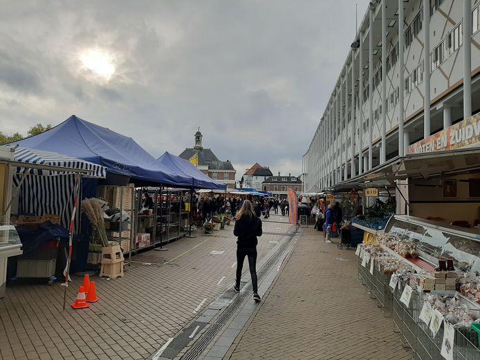Zaterdagmiddag, relatieve rust op de warenmarkt. Mensen bleven er korter dan vorige week, constateert de gemeente Apeldoorn.