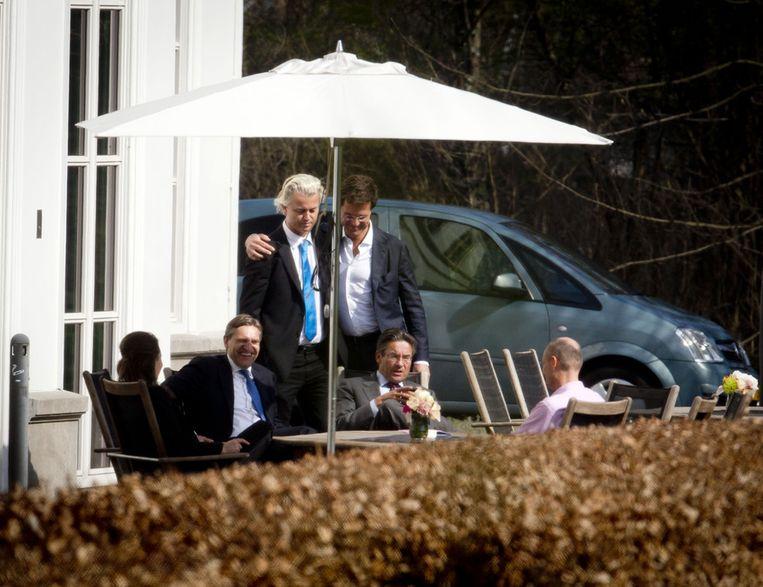 Premier Mark Rutte (rechts) omhelst PVV-leider Geert Wilders, eind maart. Beeld ANP