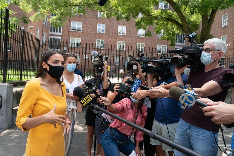Congreslid Alexandria Ocasio-Cortez krijgt woensdag slechts heel kort de tijd om de Democratische Conventie toe te spreken. Beeld AFP