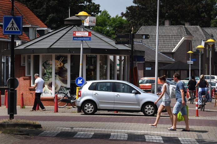 In de Zandstraat en Prijssestraat, waar deze auto midden op de stoep staat, wordt komende tijd extra gehandhaafd.