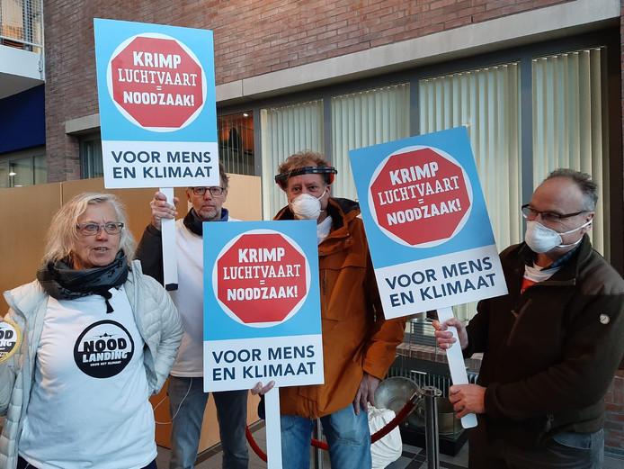 Demonstranten bij het gemeentehuis in Bodegraven.