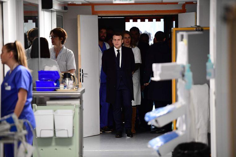 Macron bezocht het  universiteitsziekenhuis Pitié-Salpêtrière in Parijs, waar de eerste Franse coronapatiënt is overleden.