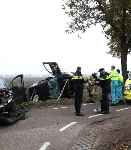 Twee auto's botsen op elkaar in Boekel, agenten passen op zak vol cadeautjes