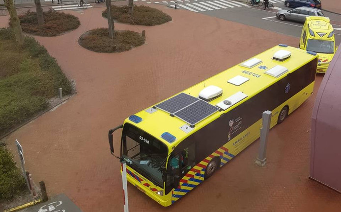 De ambulancebus arriveert bij het UMCG in Groningen.