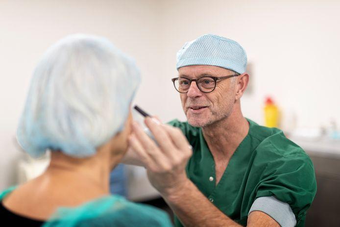 Plastisch chirurg John van der Werff van Kliniek Alphen bereidt een ooglidcorrectie voor.