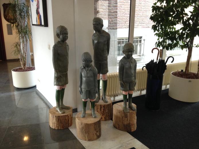 Het kunstwerk Marcel, Maurice, Modest & Theo van de Belgische Hilde Hermans staat nu in het Jan Heestershuis.