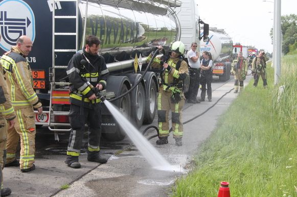 De brandweer spoelde het goedje met water weg.
