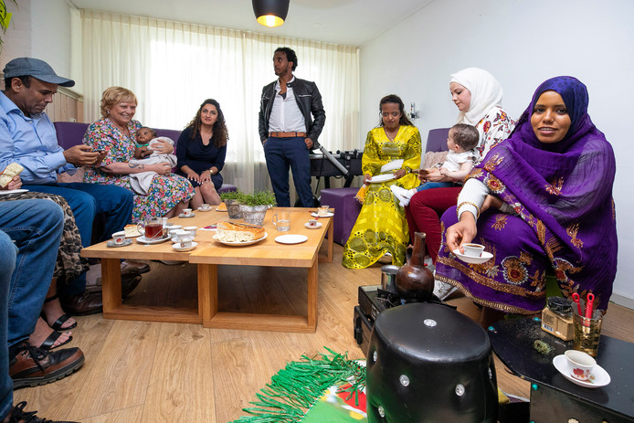Genieten van onder meer Eritrese koffie, tijdens de open dag van VluchtelingenWerk in buurthuis Bloemenoord in Waalwijk.