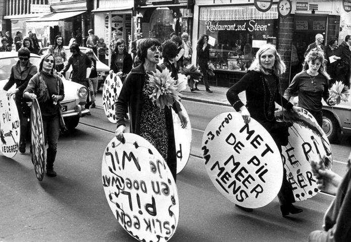 1970. Dolle Mina-actievoerders lopen door het centrum van Amsterdam om te demonstreren voor het opnemen van de pil in het ziekenfondspakket.