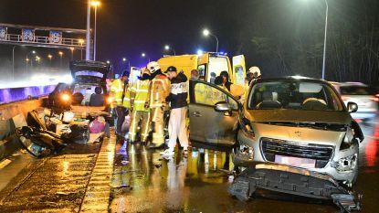 Auto knalt op geslipte wagen op E19 in Wilrijk