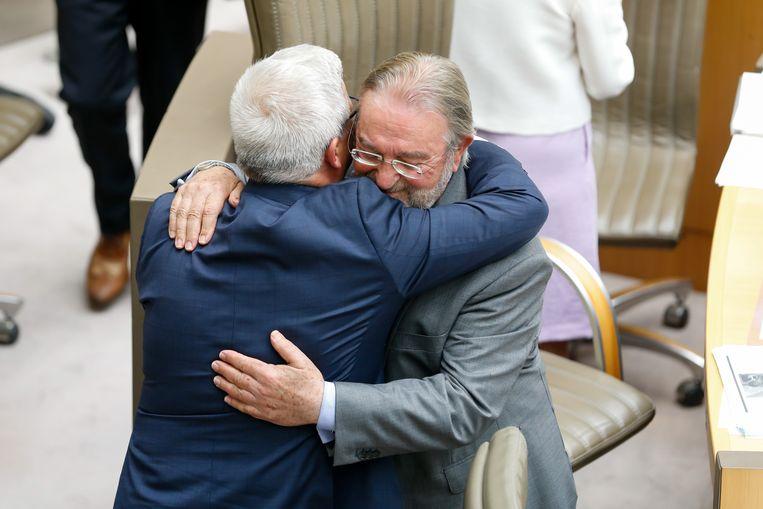 Kris Van Dijck, de nieuwe parlementsvoorzitter, omhelst Herman De Croo.