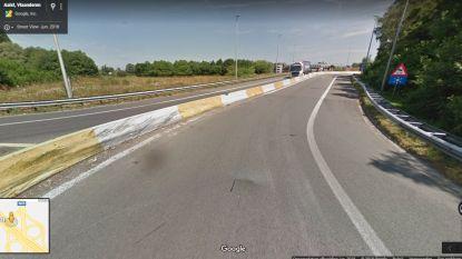 Bestuurder botst tegen betonblokken aan oprit E40