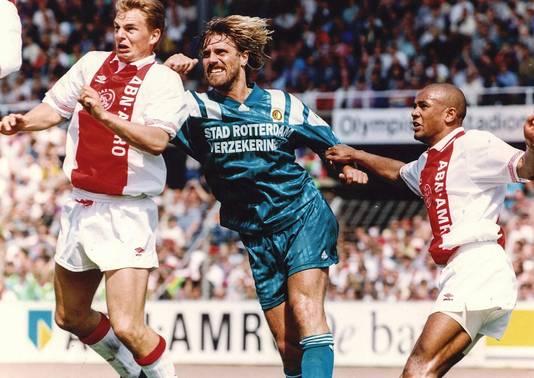 9 mei 1993: Ajax verslaat Feyenoord met 5-2, in een jaar waarin de Amsterdammers bijzonder vaak het net vinden. Hier van links naar rechts: Frank de Boer, John De Wolf en Marciano Vink.