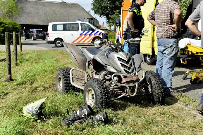 De quad reed op hoge snelheid achterop de auto.