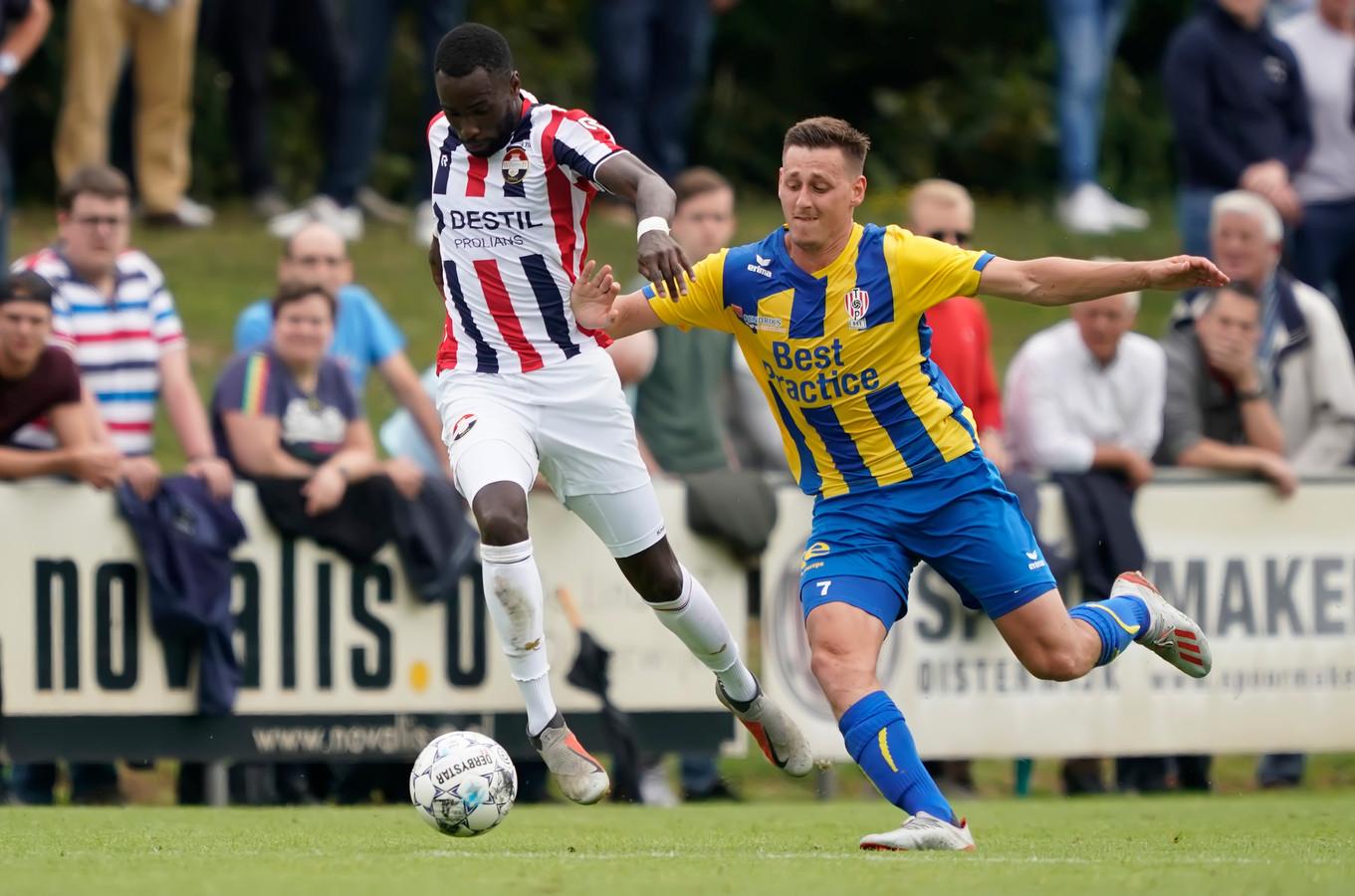 Fernando Lewis (links) in actie voor Willem II.