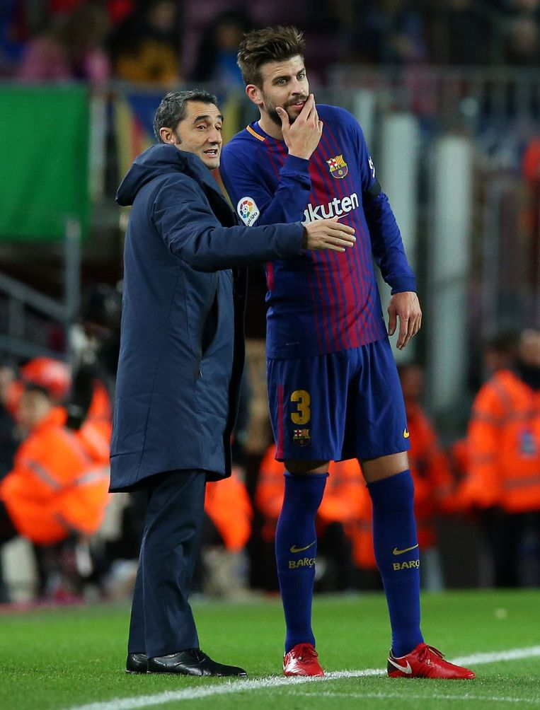 Valverde in gesprek met Pique tijdens de 4-0 tegen Deportivo.