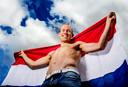 Arjen Robben poseert met ontbloot bovenlijf voor AD Sportwereld in 2012.