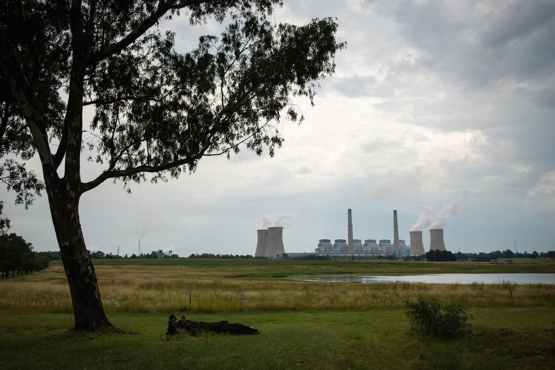 Een van de twee steenkolencentrales op steenworpafstand van het plaatsje Kriel.
