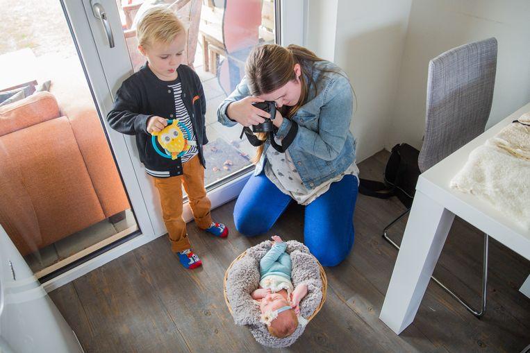 De kleine Luxy wordt vastgelegd op de gevoelige plaat, onder toeziend oog van de vijfjarige Luan. Beeld Shody Careman
