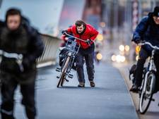 Levensgevaarlijk: fietsers waaien van dijk Ammerzoden