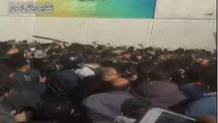 Op filmbeelden is te zien dat het er hard aan toe gaat tussen politie en demonstranten. Beeld