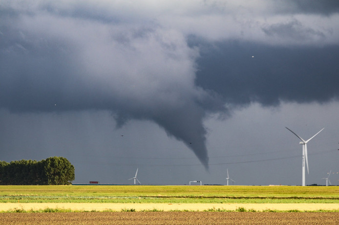 De windhoos boven het Hollands Diep, gezien vanuit Zuid-Beijerland.