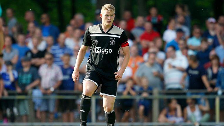 Matthijs de Ligt aan de bal tijdens het oefenduel tussen Ajax en Steaua Boekarest: 1-1. Beeld Pro Shots