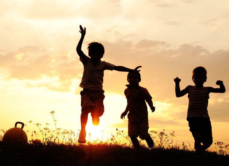Kinderen spelen, vooral in stedelijke omgevingen, steeds minder buiten.