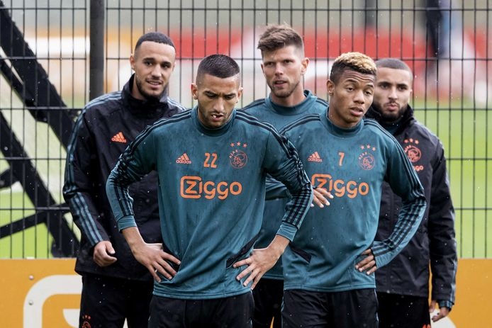 Noussair Mazraoui, Hakim Ziyech, Klaas Jan Huntelaar, David Neres en Zakaria Labyad maandag tijdens de training voor de return tegen PAOK.