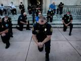 Des images fortes: les policiers mettent un genou à terre devant les manifestants