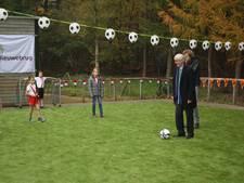 Wethouder trapt af op nieuwe kunstgrasveld bij school Nieuwebrug