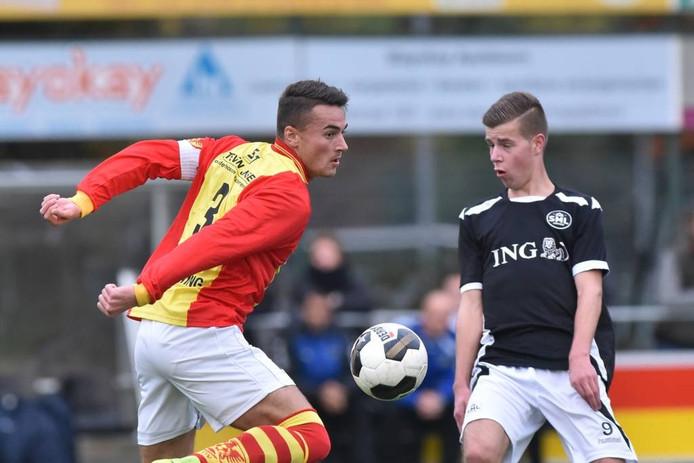 CSV Apeldoorn-captain Joost Krijns, hier in duel met Robin van Ussen van SML, is met zijn ploeg door naar de tweede ronde.