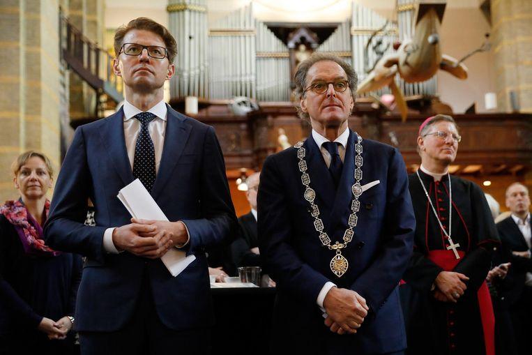 Staatssecretaris Sander Dekker (L) en burgemeester Ton Rombouts tijdens de viering van honderd jaar middelbaar onderwijs in het Jheronimus Bosch Art Center. Beeld anp