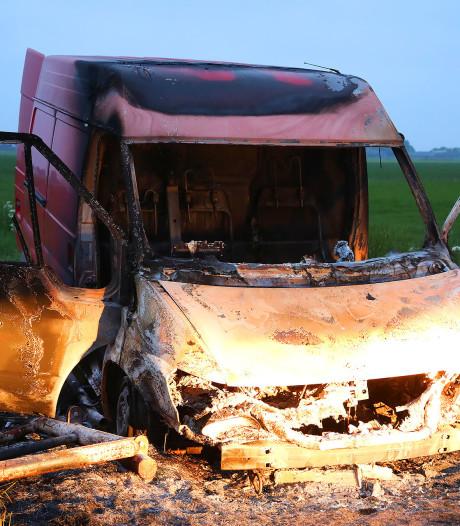 Uitgebrande bestelbus in polder Lithoijen gevonden, politie onderzoekt zaak