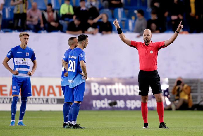 Behalve in de stadions van FC Emmen, Fortuna Sittard en RKC, zal voortaan tijdens eredivisiewedstrijden de reden van het overleg tussen de arbiter en de VAR op videoschermen getoond worden om fans niet in onduidelijkheid te laten.