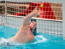 Waterpolodoelman van Thetis ranselt tennisballen uit zijn doel om reflexen te verbeteren