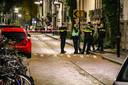 Politiemensen op de plek in Arnhem waar een oudere man zwaar is mishandeld door jongeren. De man werd in kritieke toestand opgenomen in het ziekenhuis, waar hij na enkele uren overleed aan zijn verwondingen.